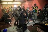 警察逮捕示威者
