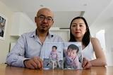 舒菲·丁(Sophie Ding)和本·孟(Ben Meng)拿着一岁女儿瓦莱丽的照片。