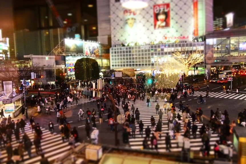 東京のにぎやかな交差点