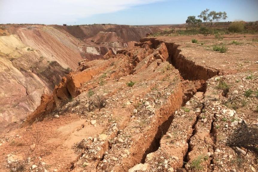 Cracked earth at Bootu Creek mine