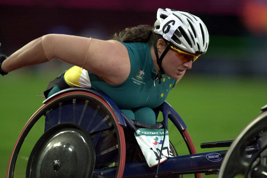 Louise Sauvage in a wheelchair race in the 2000 Paralympic Games.