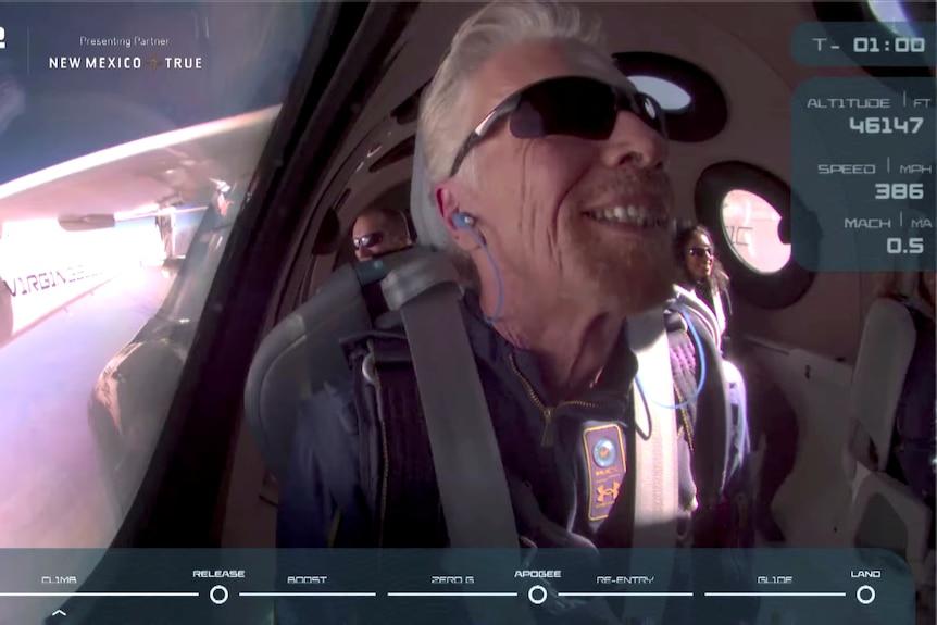 Miliarder Richard Branson uśmiecha się na pokładzie rakietowego samolotu pasażerskiego Virgin Galactic