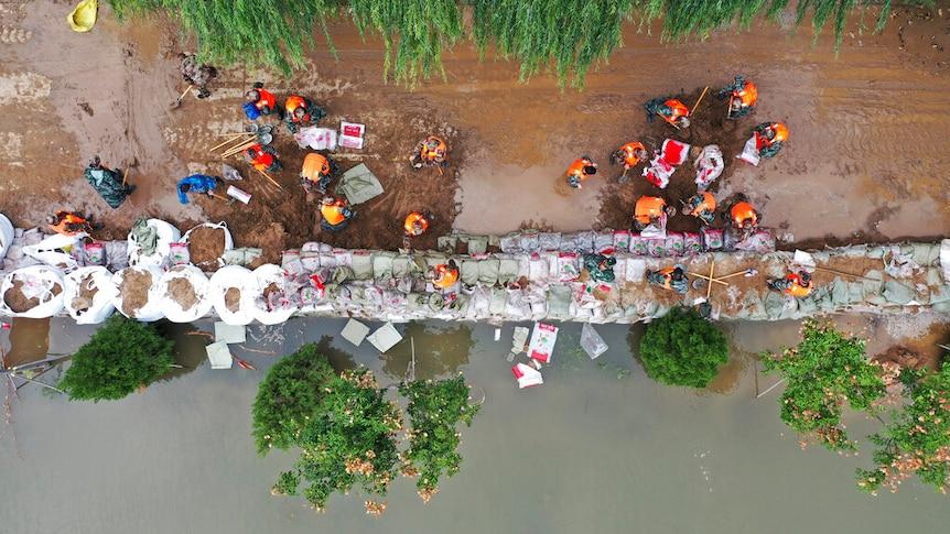 山西洪灾中救援人员在搭建临时堤坝。