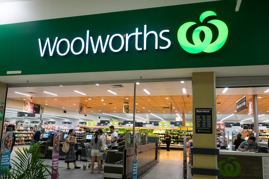 People at the Woolworths in Leanyer, Darwin.