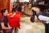 在去五星酒店庆祝婚礼之前,肖波和妻子向父母敬茶。