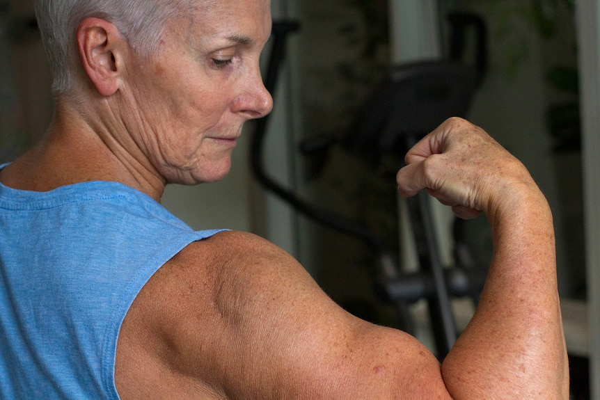 Bev Francis pulls a muscle pose.