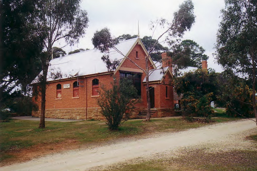 Guildford Primary School, a red brick building, in the Central Victorian town of Guildford.