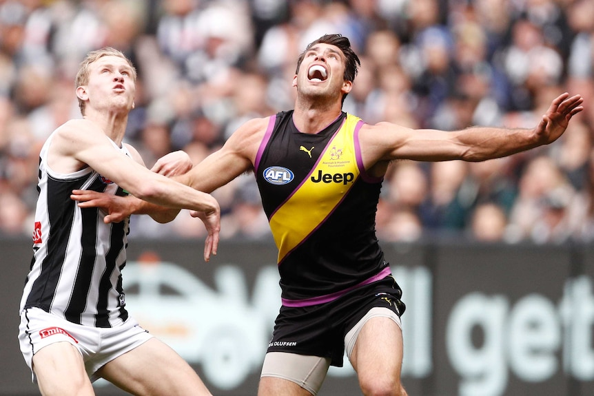 Jaiydn Stephenson and Alex Rance prepare to contest the ball in the Richmond versus Collingwood match at the MCG.