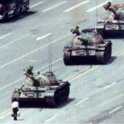 Un bărbat stă în fața unui tanc lângă Piața Tiananmen.