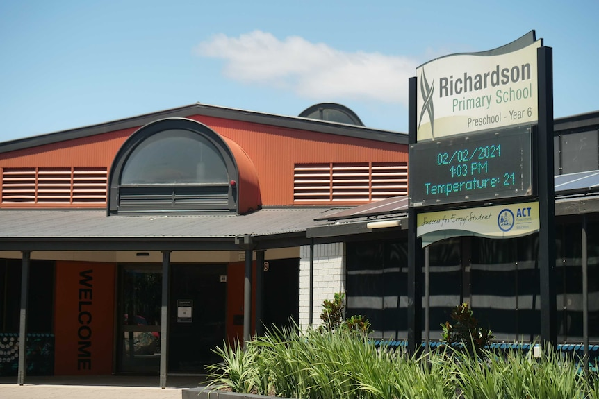 A school sign welcoming people to Richardson Primary School.