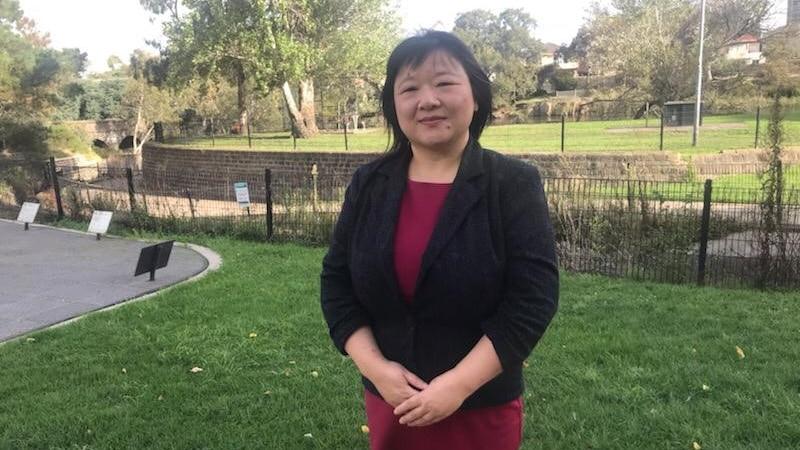 草坪前站着华裔女性学者
