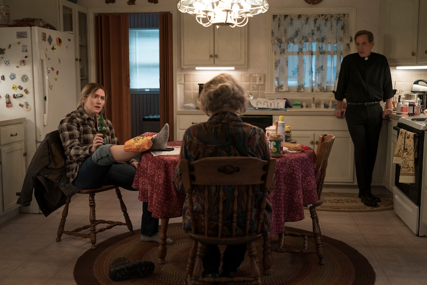 Kate Winslet, Jean Smart and Neal Huff in a suburban kitchen in tv series Mare of Easttown
