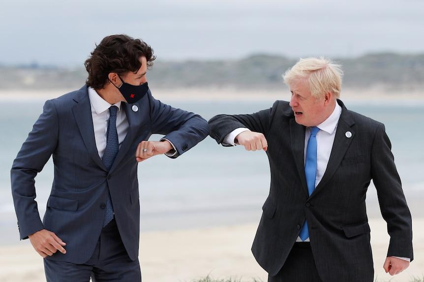 Il primo ministro britannico Boris Johnson, a destra, saluta il primo ministro canadese Justin Trudeau mentre arriva per una riunione del G7.