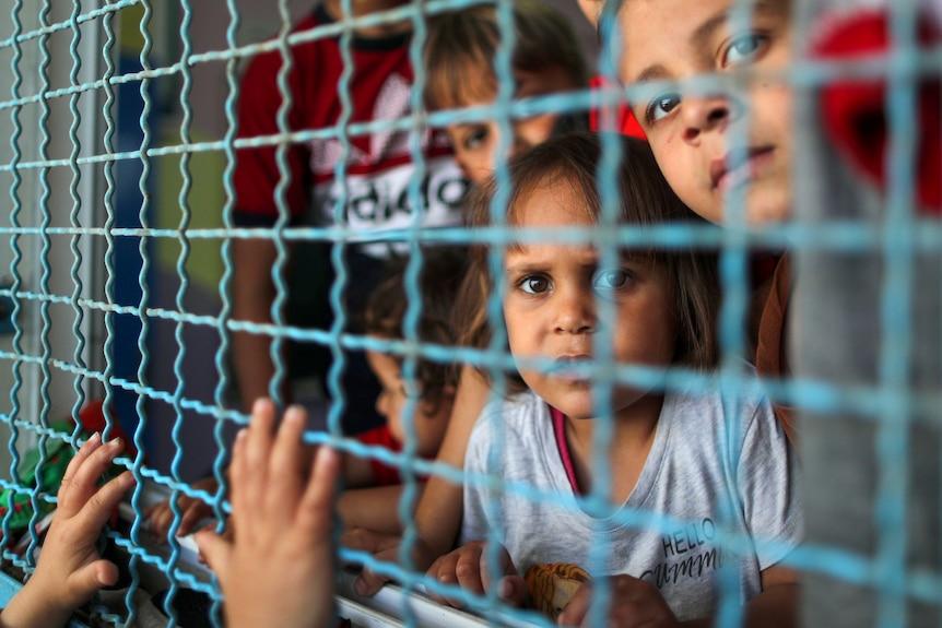 巴勒斯坦儿童被迫逃离家园后,躲进了联合国避难所中。