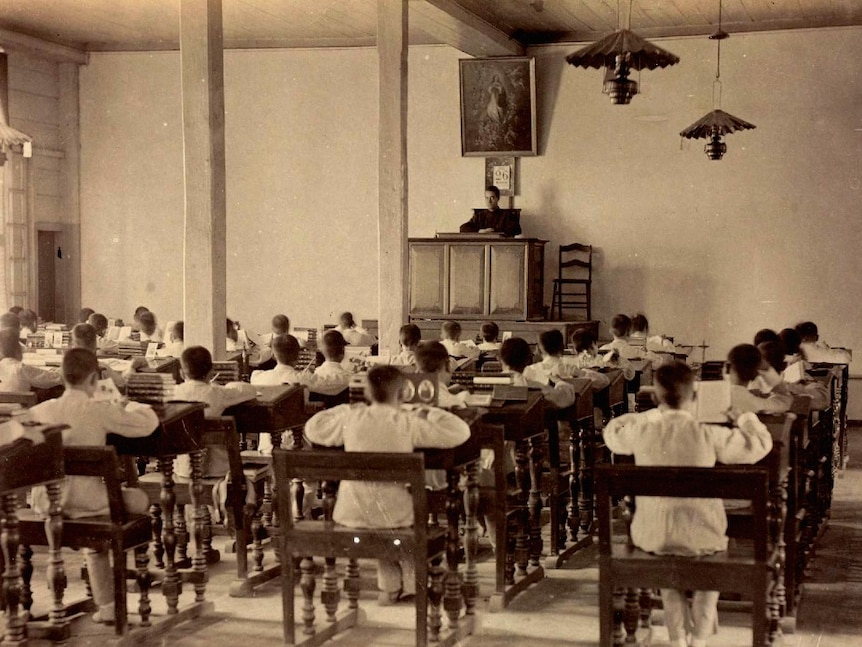 A scanned image from a physical photo album shows a black and white image of a school class which is then outlined in red.