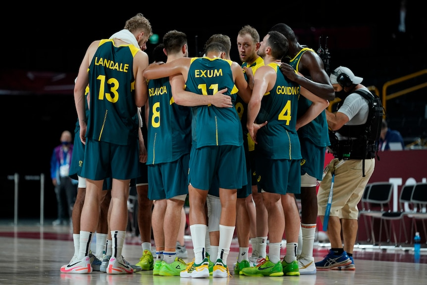 Joe Ingles speaks to the Boomers in a huddle after their basketball semi-final loss to the USA at the Tokyo Olympics.
