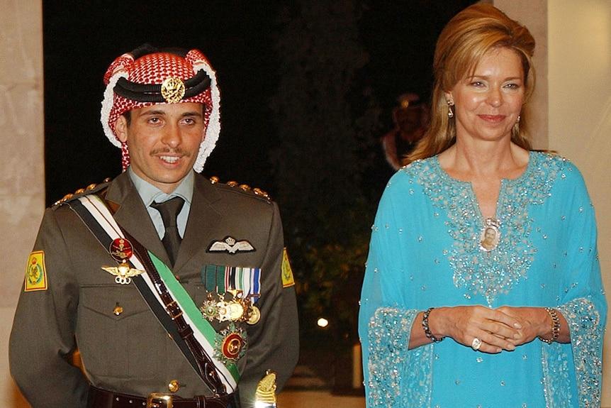 Il principe giordano Hamzah, in uniforme militare, posa con sua madre, la regina Noor, che indossa un abito azzurro.