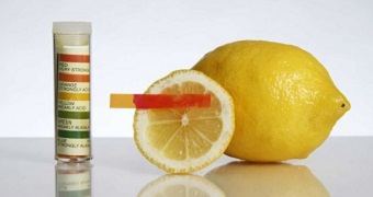 A litmus test showing lemon to be highly acidic.