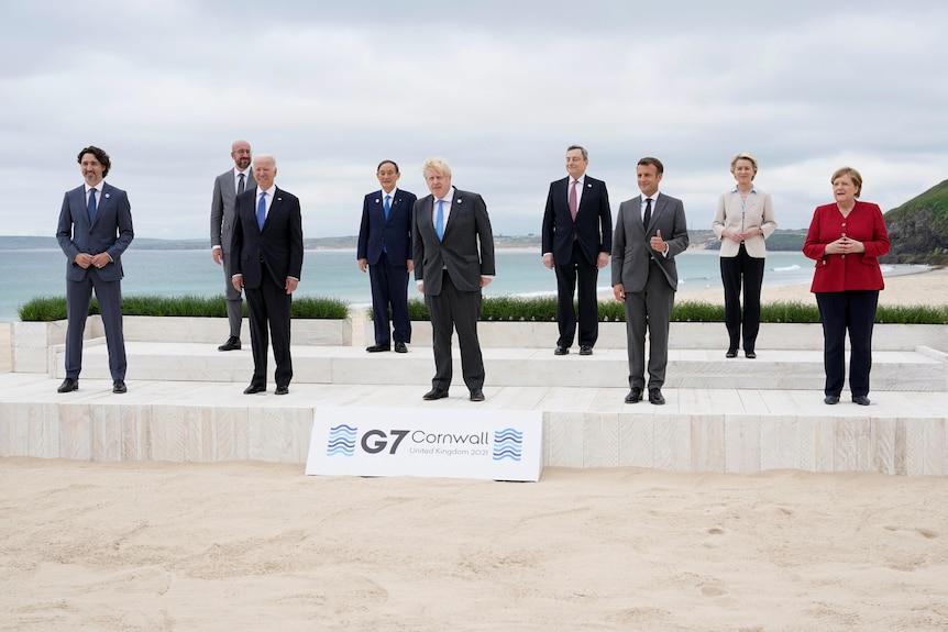 七国集团领导人在海边合影。