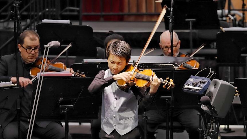 小提琴神童李映衡在演奏维瓦尔第的《四季·春》。