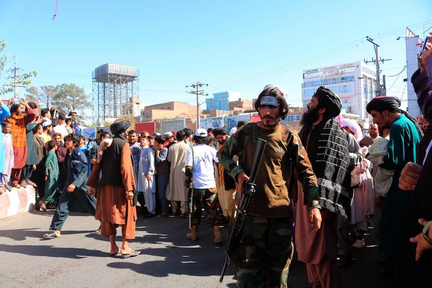 Люди собираются на главной площади Герата