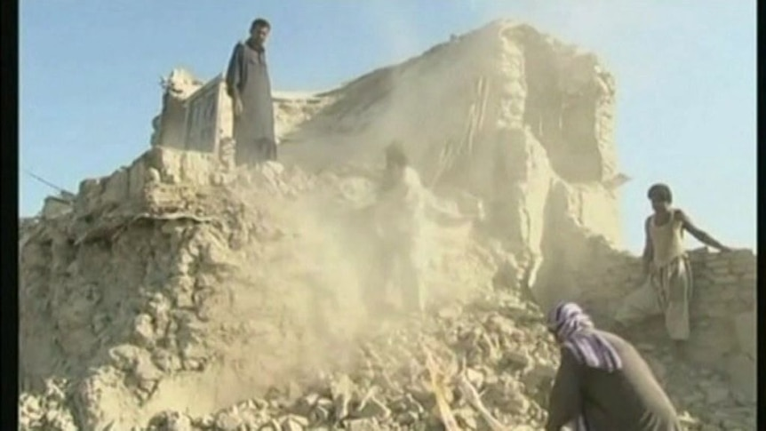 Pakistanis desperate for relief supplies after earthquake