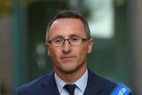 绿党联邦领袖理查德·迪纳塔利(Richard Di Natale)呼吁给予已在澳大利亚居住的香港居民人道避难签证。